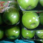 Manzana verde en bandejas
